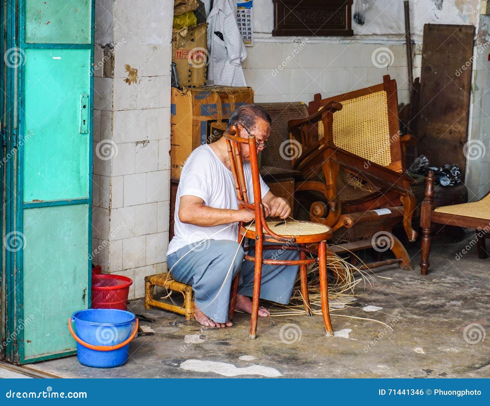 做椅子的一个人在乔治城在槟榔岛,马来西亚