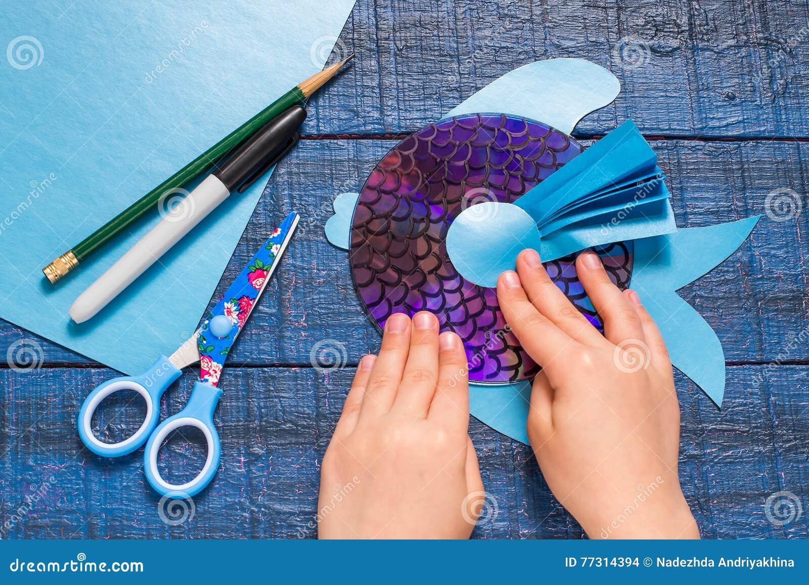 做玩具鱼由CD 手工制造children& x27; s项目 第9步
