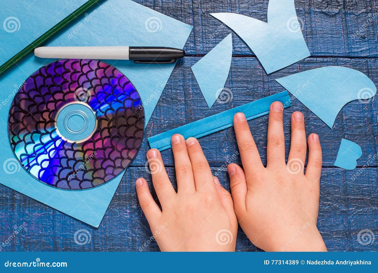 做玩具鱼由CD 手工制造children& x27; s项目