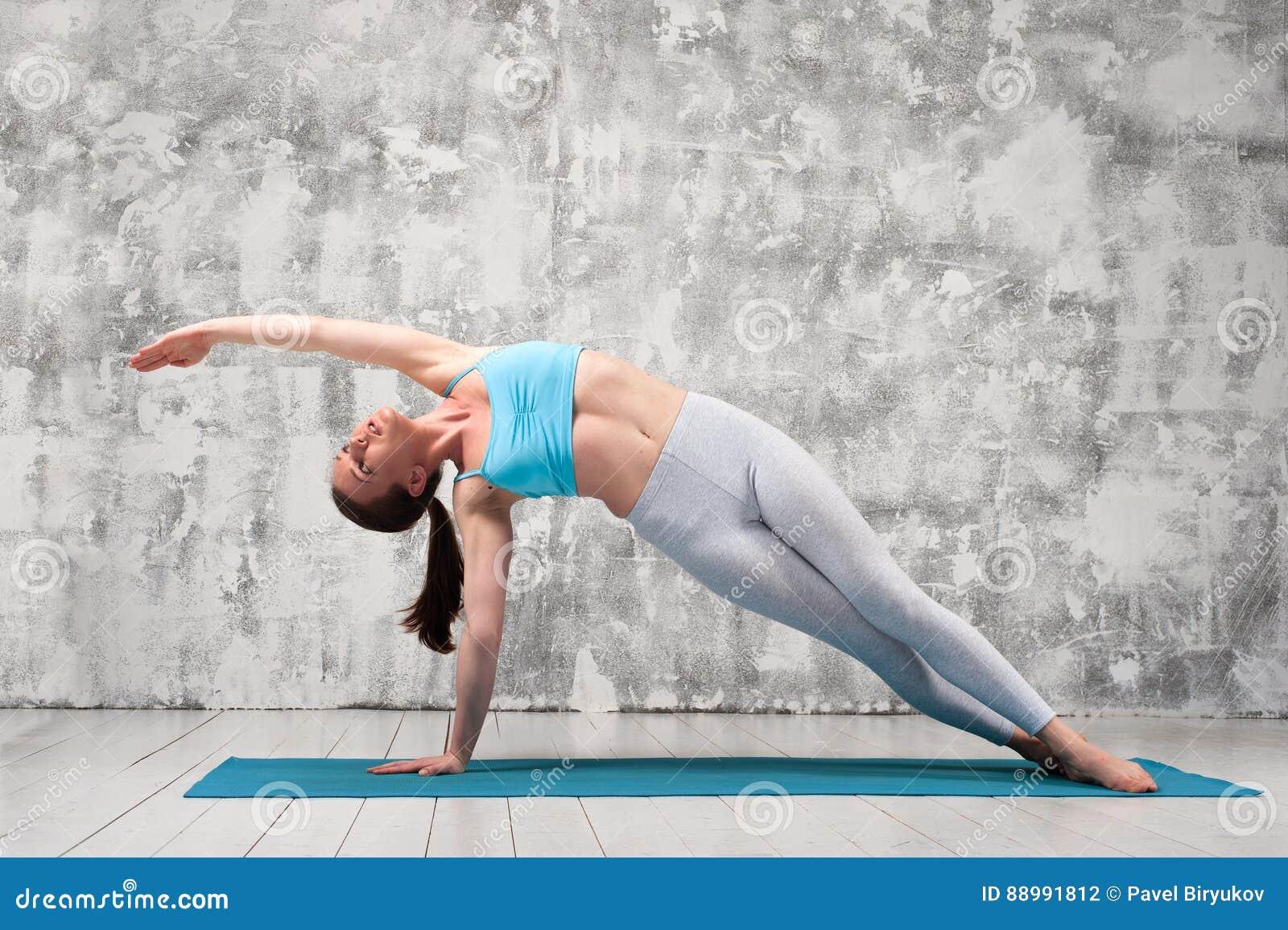 做瑜伽旁边板条的少妇安置户内