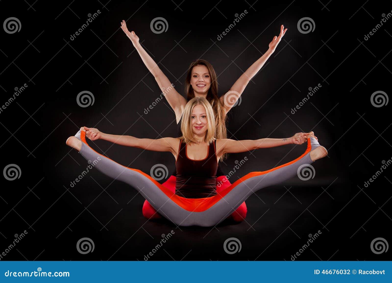 做瑜伽的两个女孩