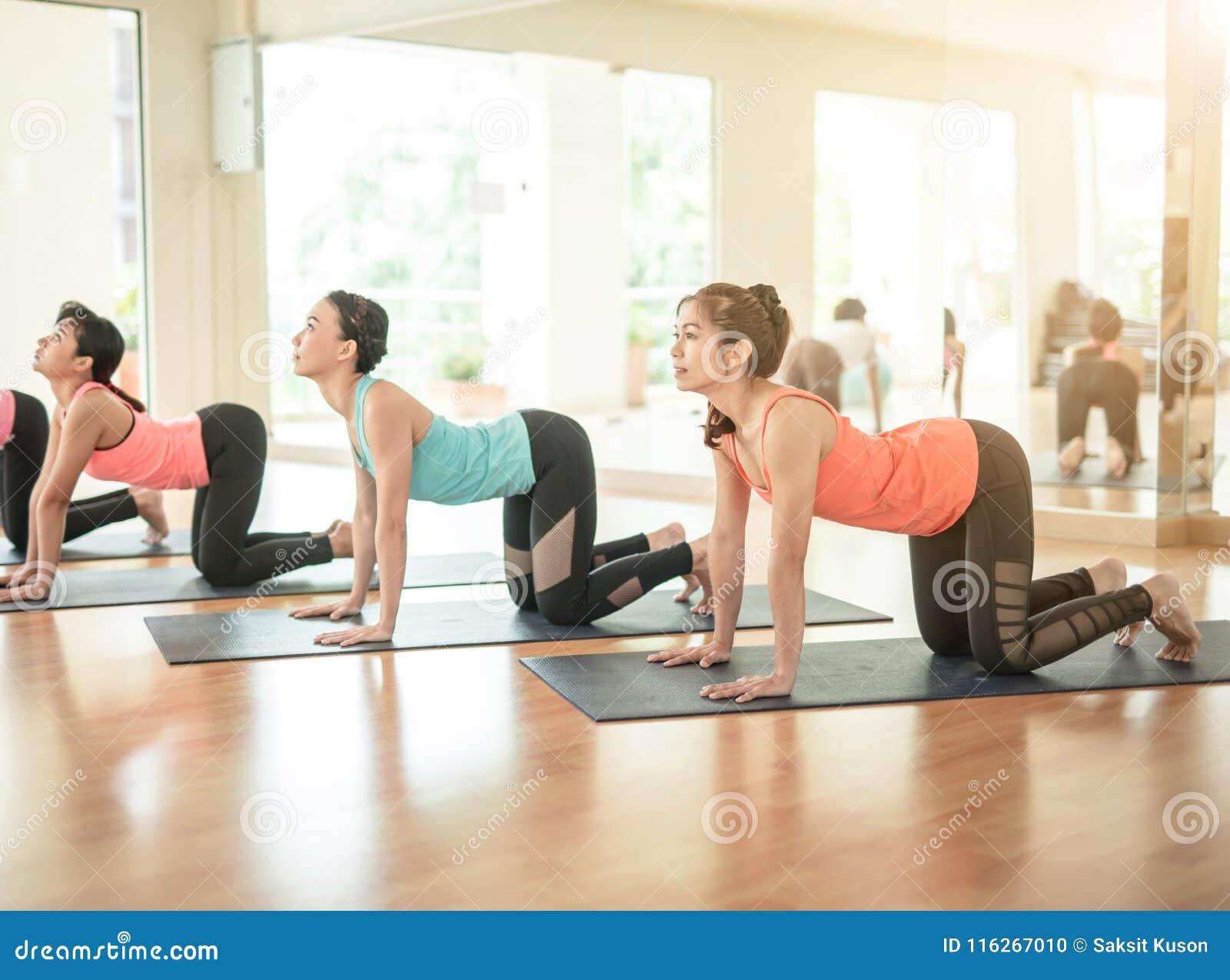 做瑜伽的亚裔妇女在瑜伽演播室