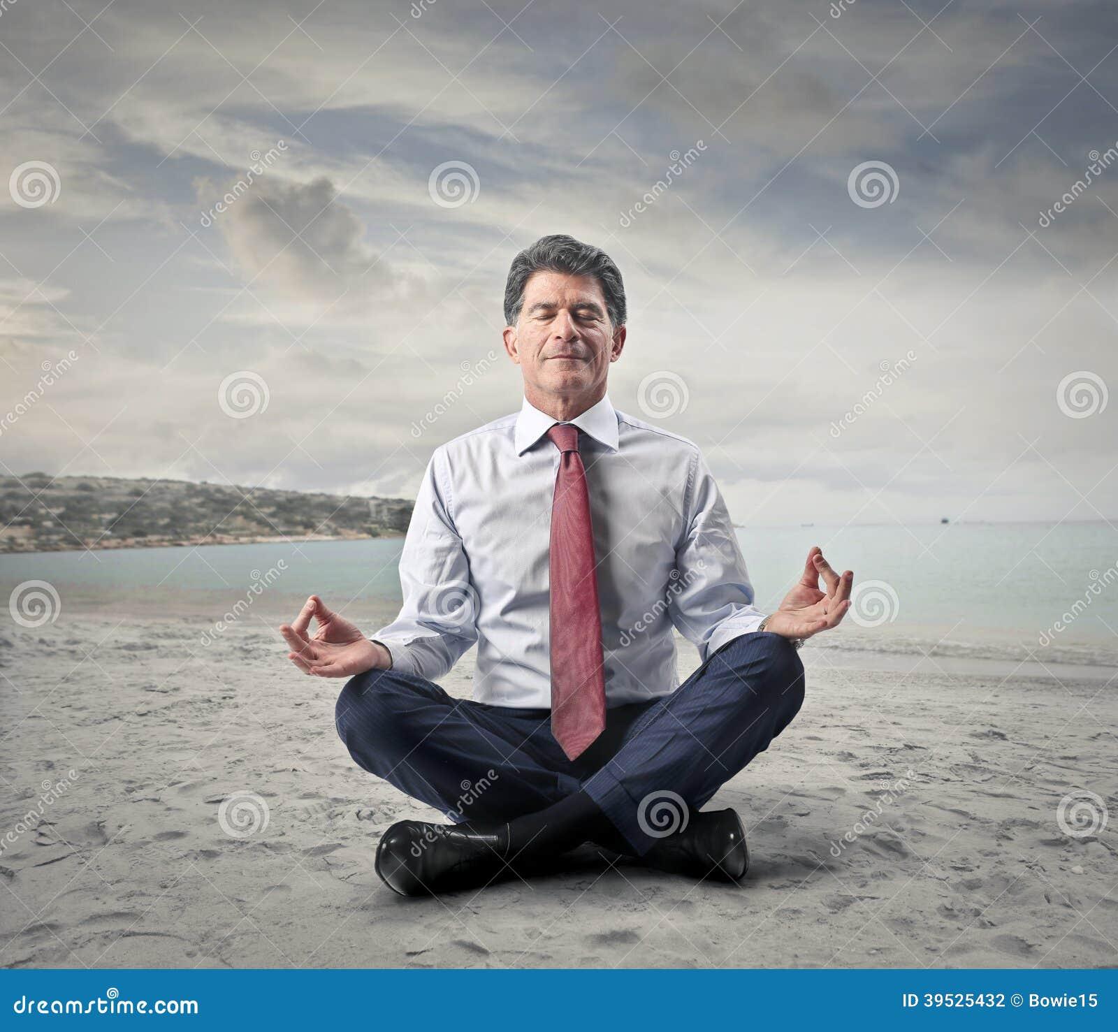 做瑜伽的商人在海边