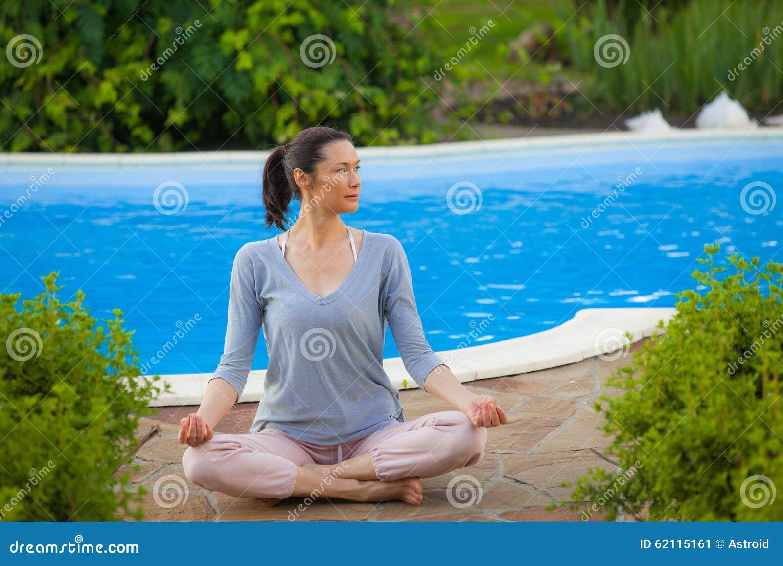 做瑜伽的美麗的婦女圖片