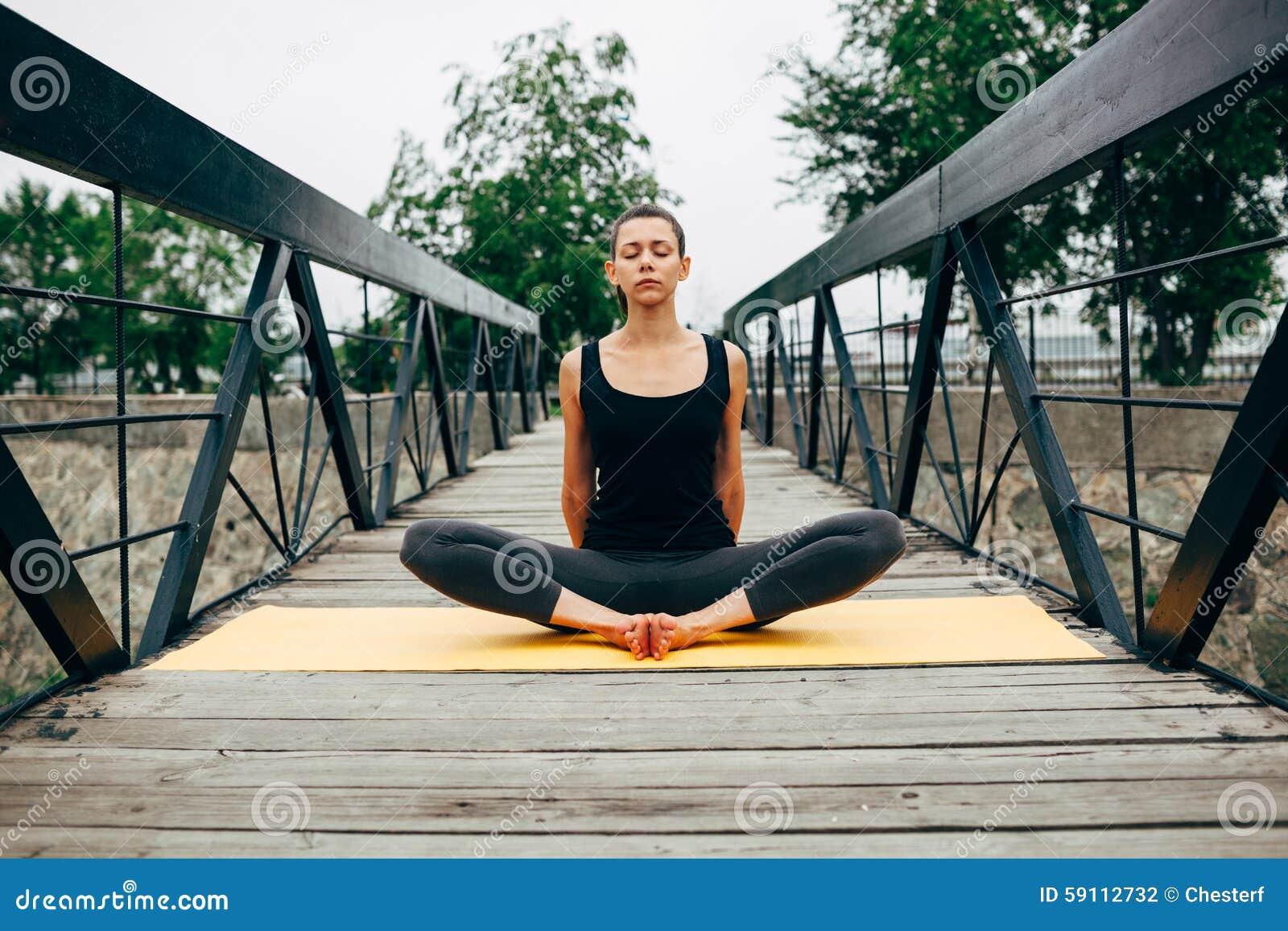 做瑜伽的年轻亭亭玉立的妇女