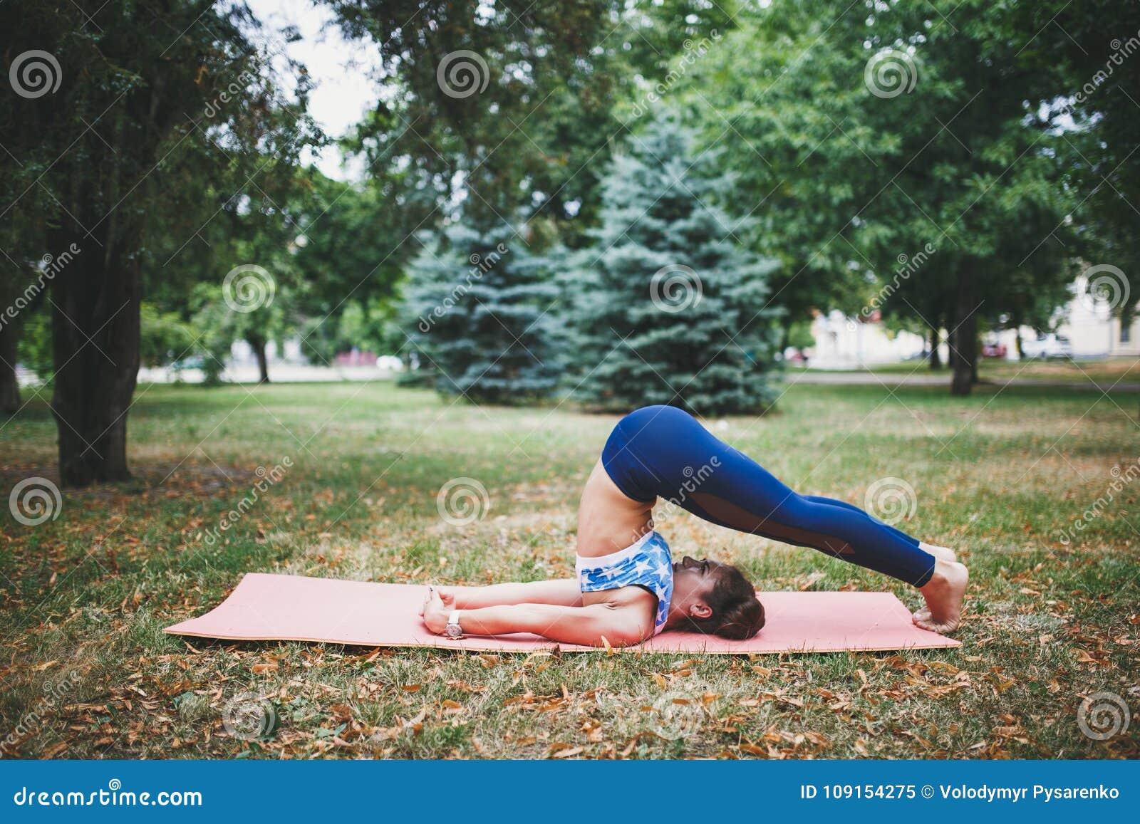 做瑜伽锻炼的女孩户外