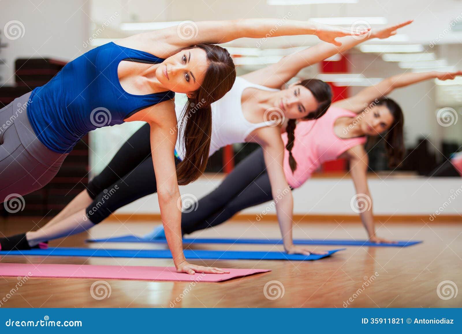 做瑜伽类的旁边板条