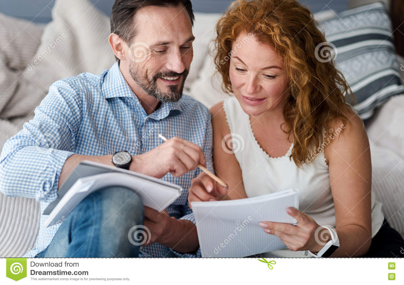 做笔记的中年男人和妇女夫妇