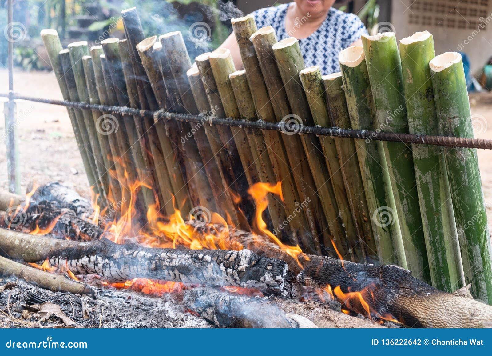 做糯米用在长度竹联接圆筒烤的椰奶,Khao潜逃是传统泰国甜点心