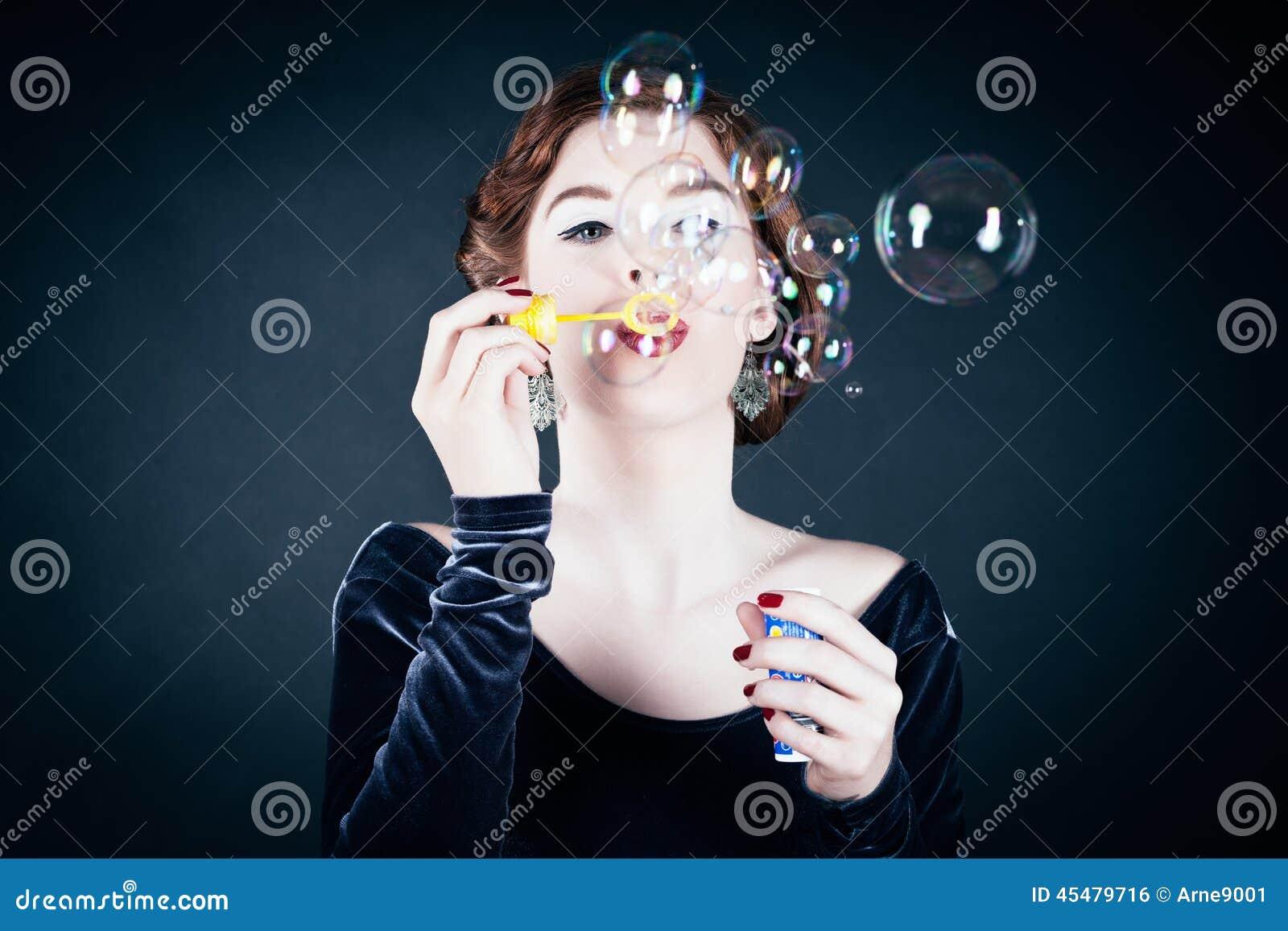 做肥皂妇女年轻人的泡影