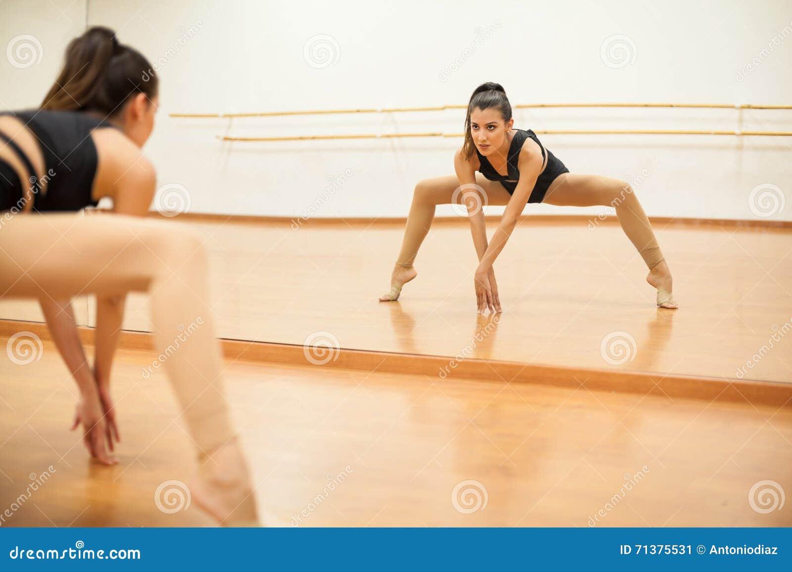 做腿分裂的年轻舞蹈家