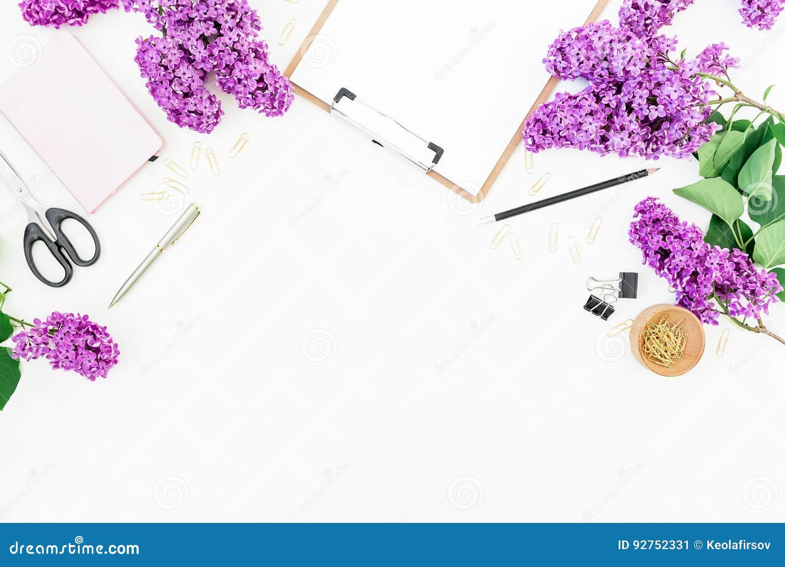 做自由职业者与剪贴板、笔记本、剪刀、丁香和辅助部件的博客作者工作区在白色背景 平的位置,顶视图