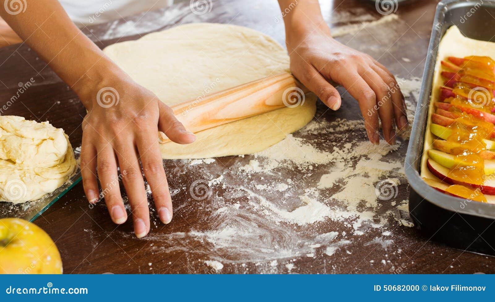 Download 做苹果蛋糕的妇女特写镜头 库存照片. 图片 包括有 面粉, 面团, 成份, 主妇, 馄饨, 厨房, 食谱 - 50682000