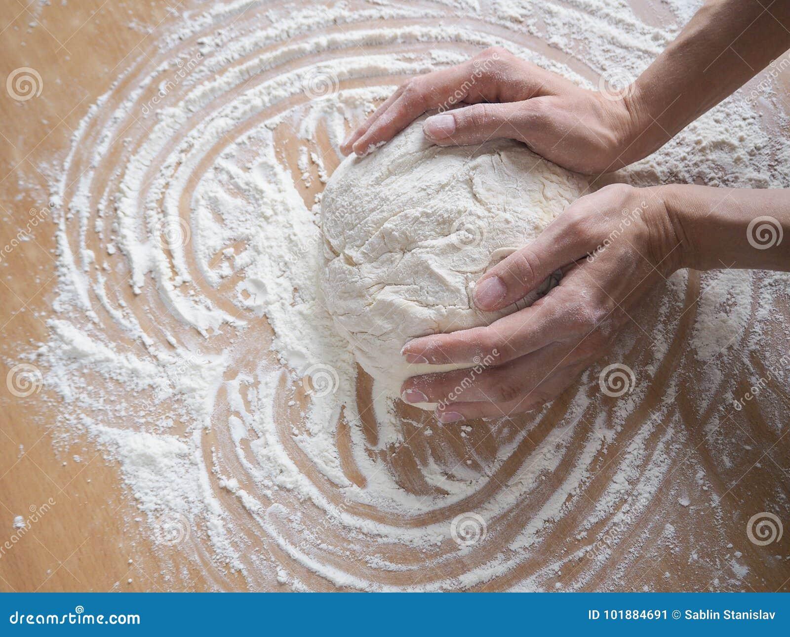 做薄饼的女性手面团 滚动的未加工的面团