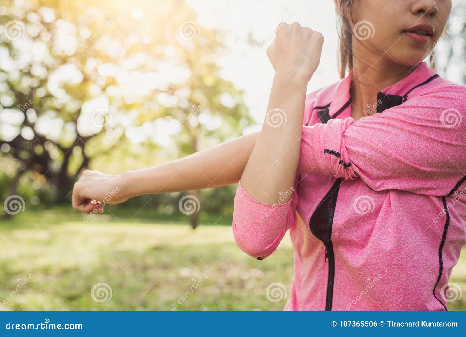 做训练锻炼的适合的少妇在早晨 舒展在公园的年轻愉快的亚裔妇女在一种连续锻炼以后
