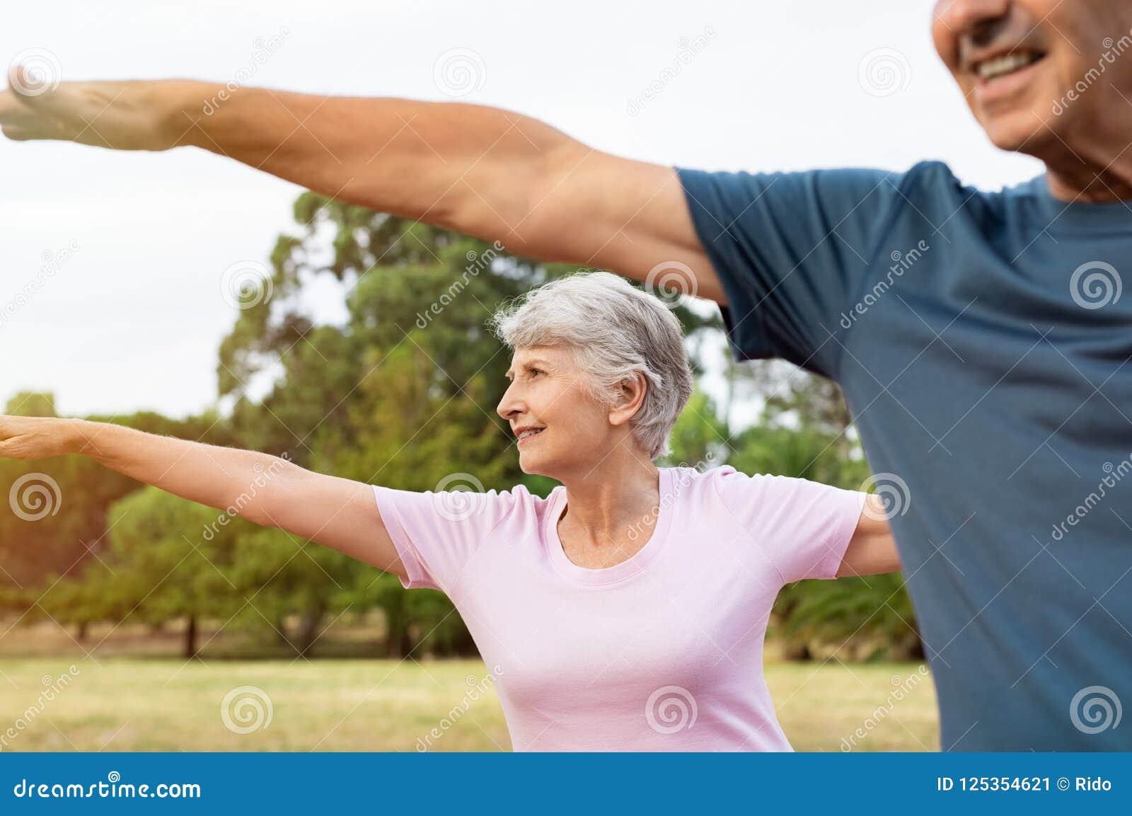 做资深的夫妇舒展锻炼