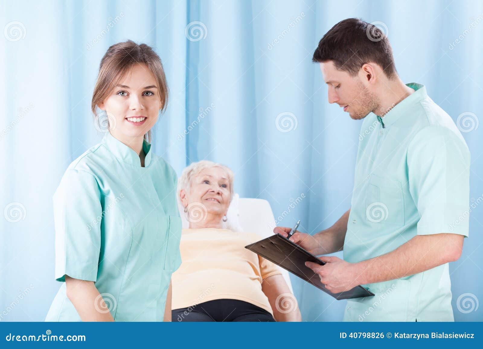 做身体检查的治疗师