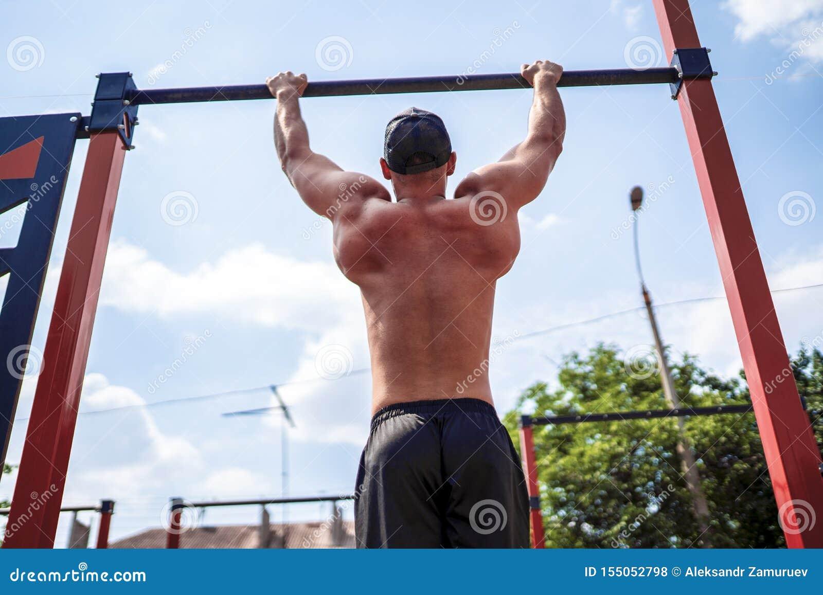 做阻止锻炼的残酷运动人在标志横线