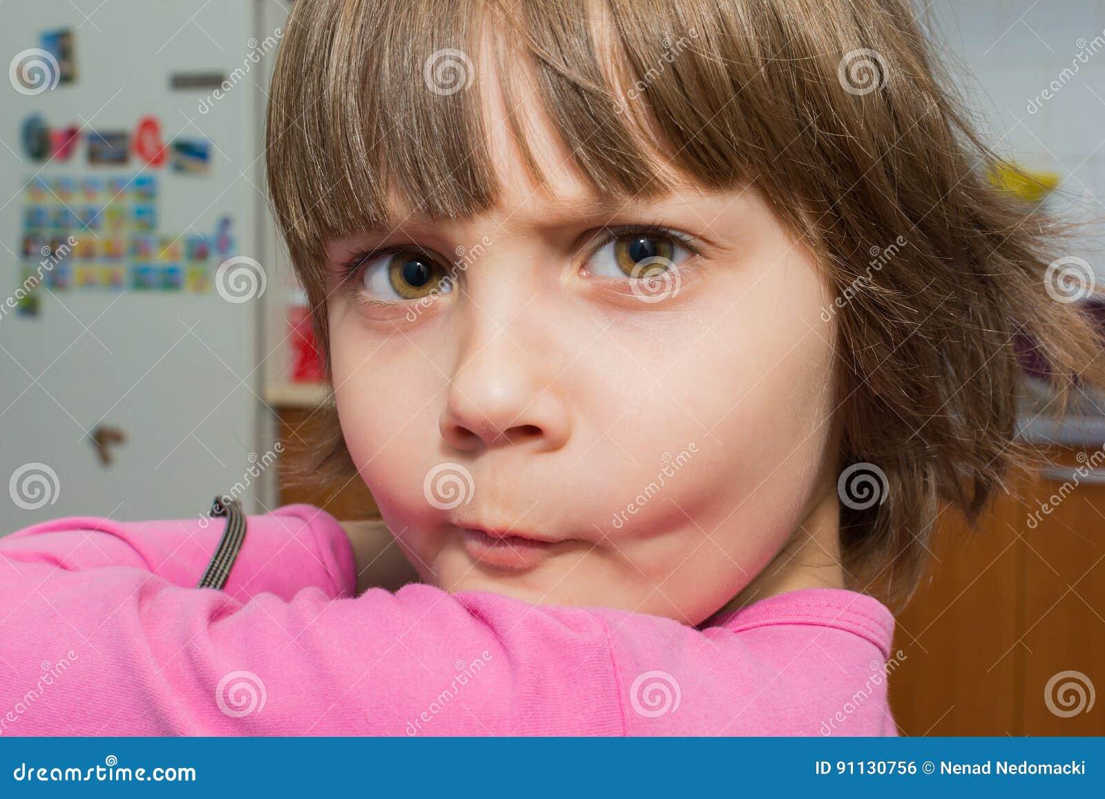做面孔的美丽的矮小的女孩