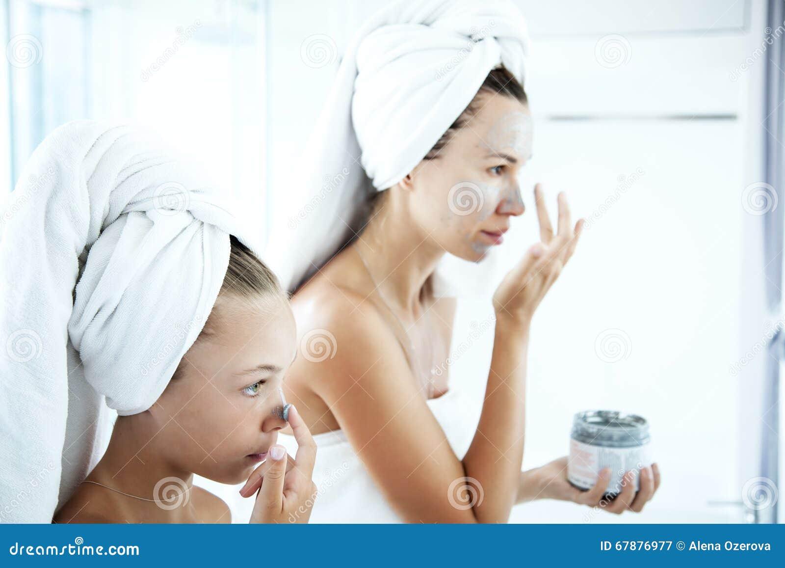 做面部面具的母亲和女儿