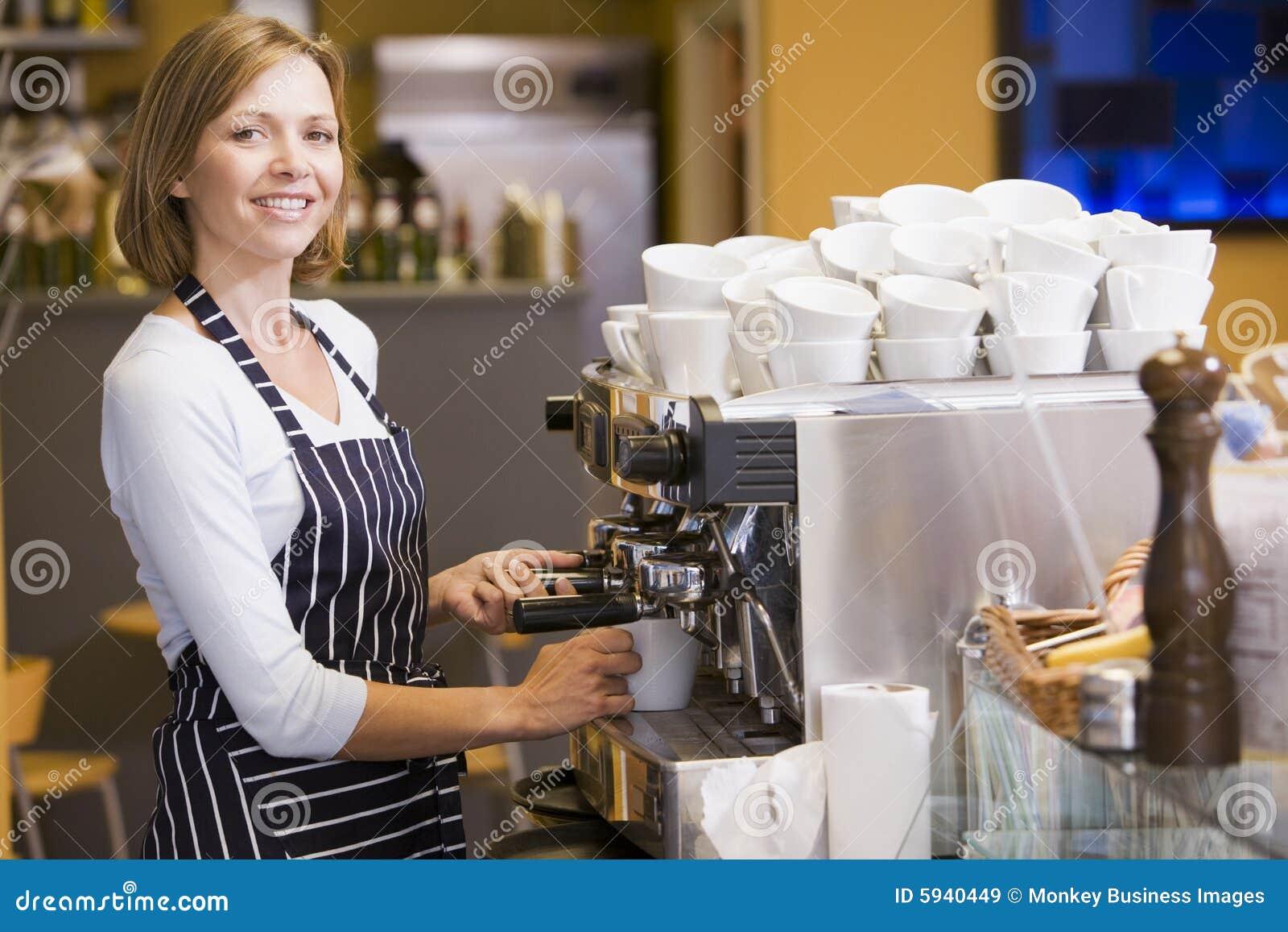 做餐馆微笑的妇女的咖啡