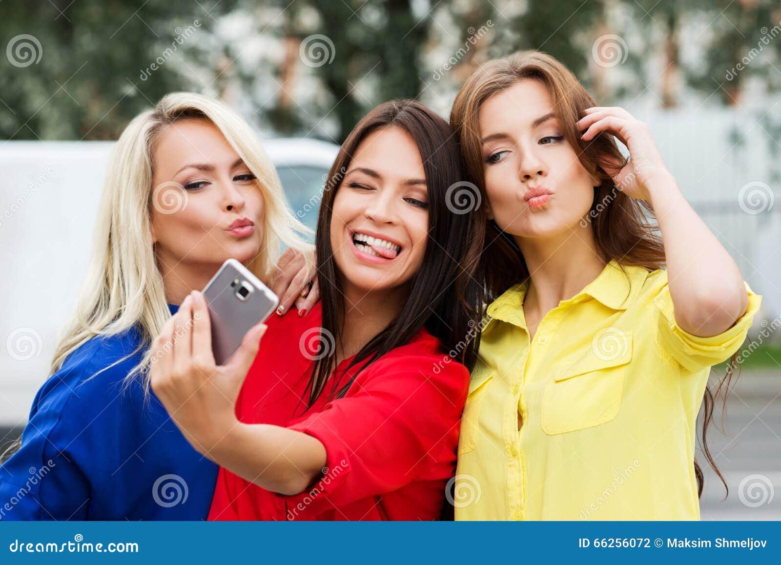 做鬼脸三个美丽的少妇摆在和