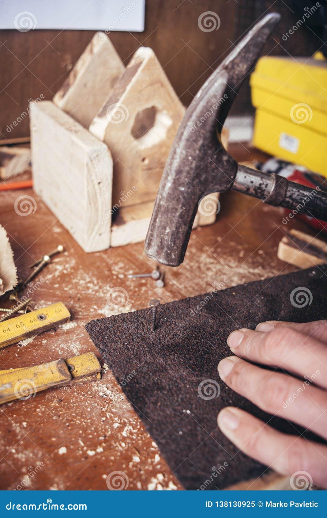 做鸟舍的非职业木匠