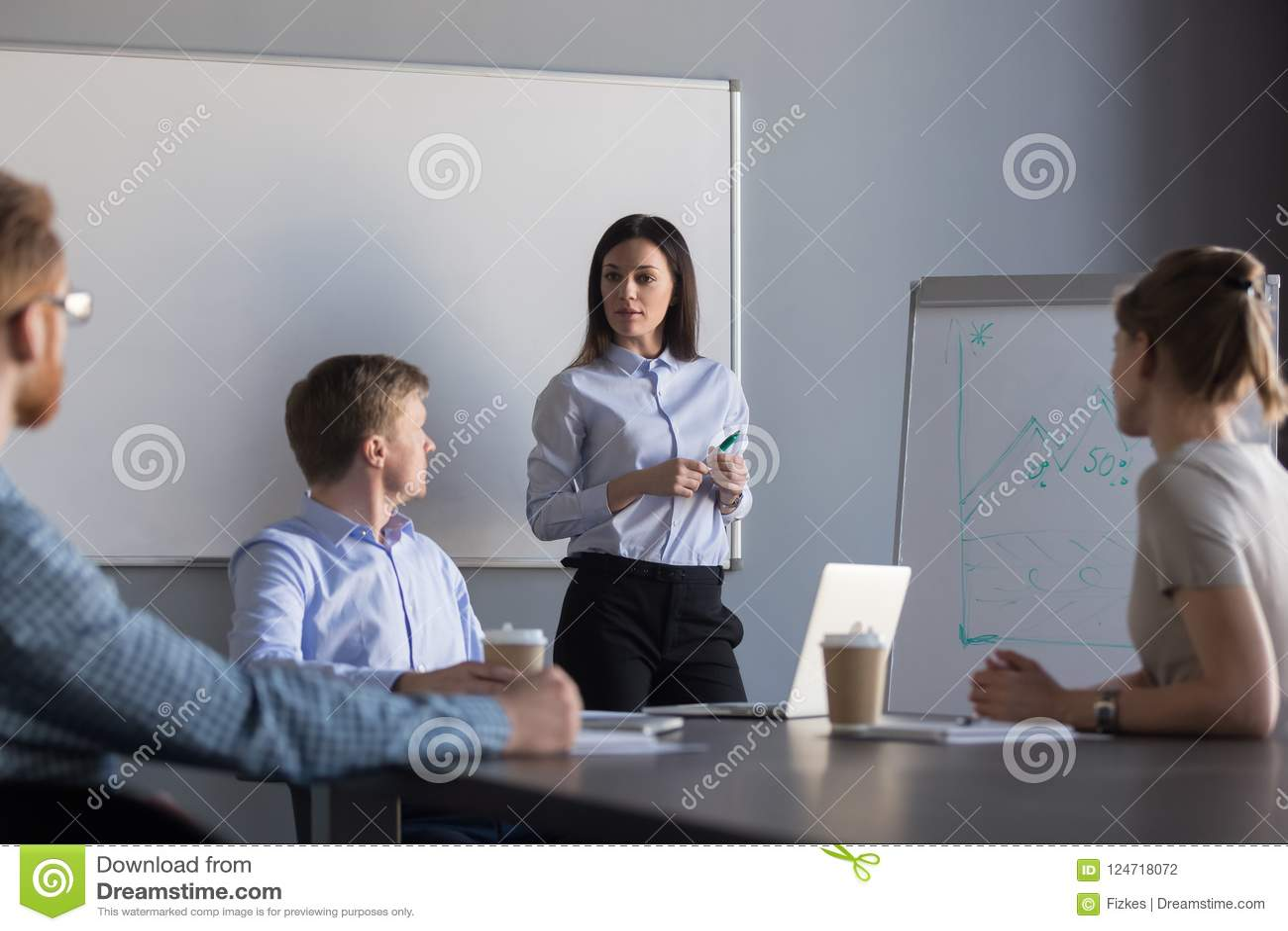 做flipchart介绍的女性报告人在简报期间