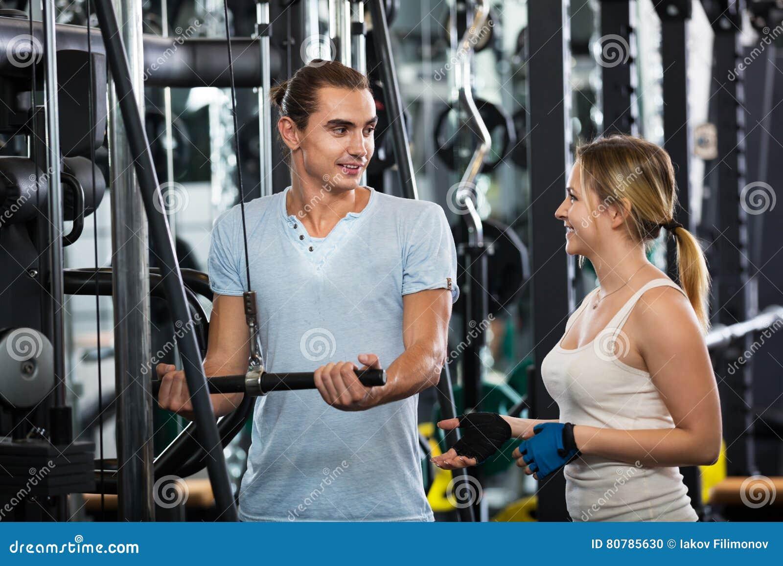 做powerlifting在机器的成人
