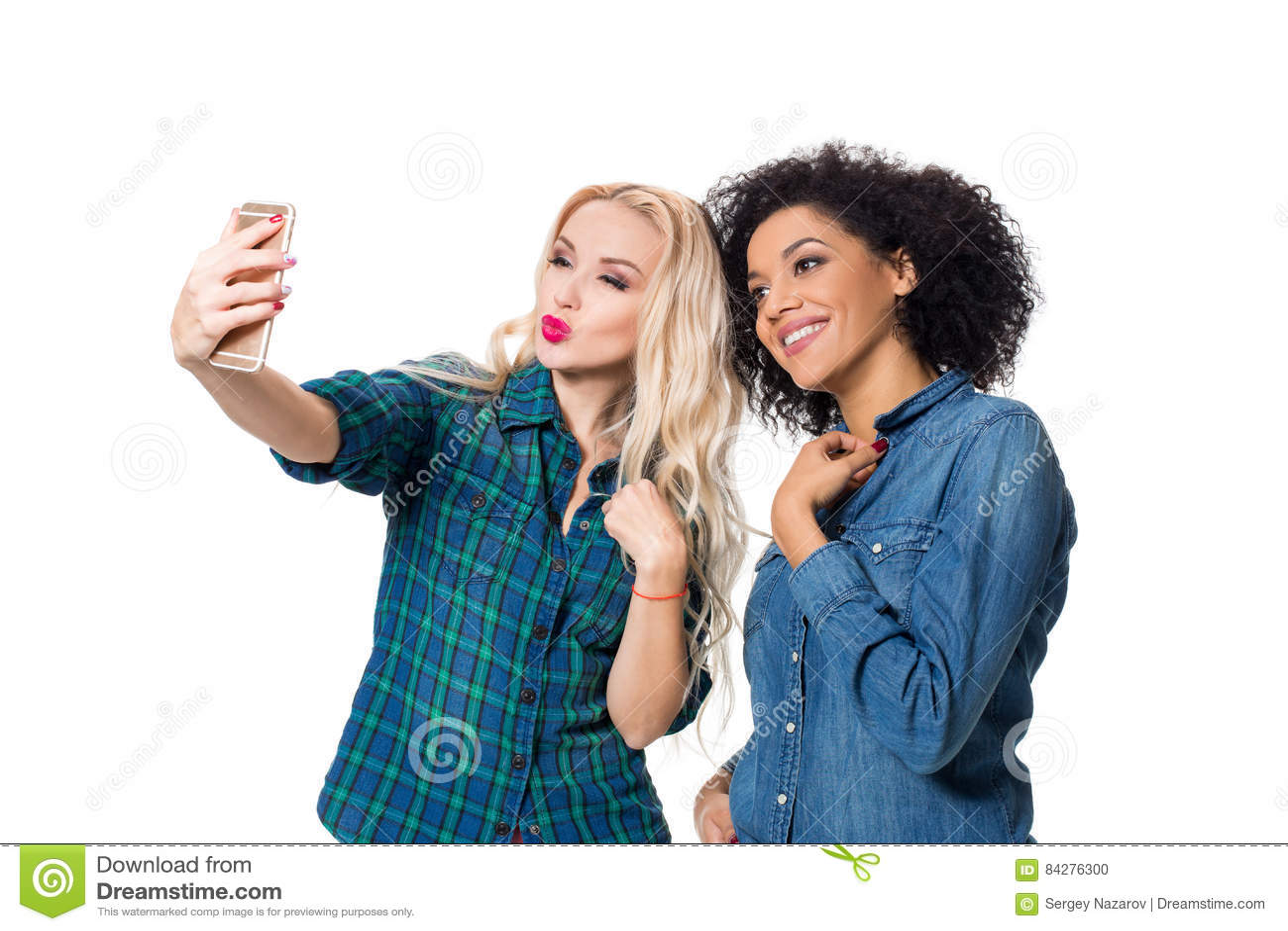 做selfie的两个美丽的女孩
