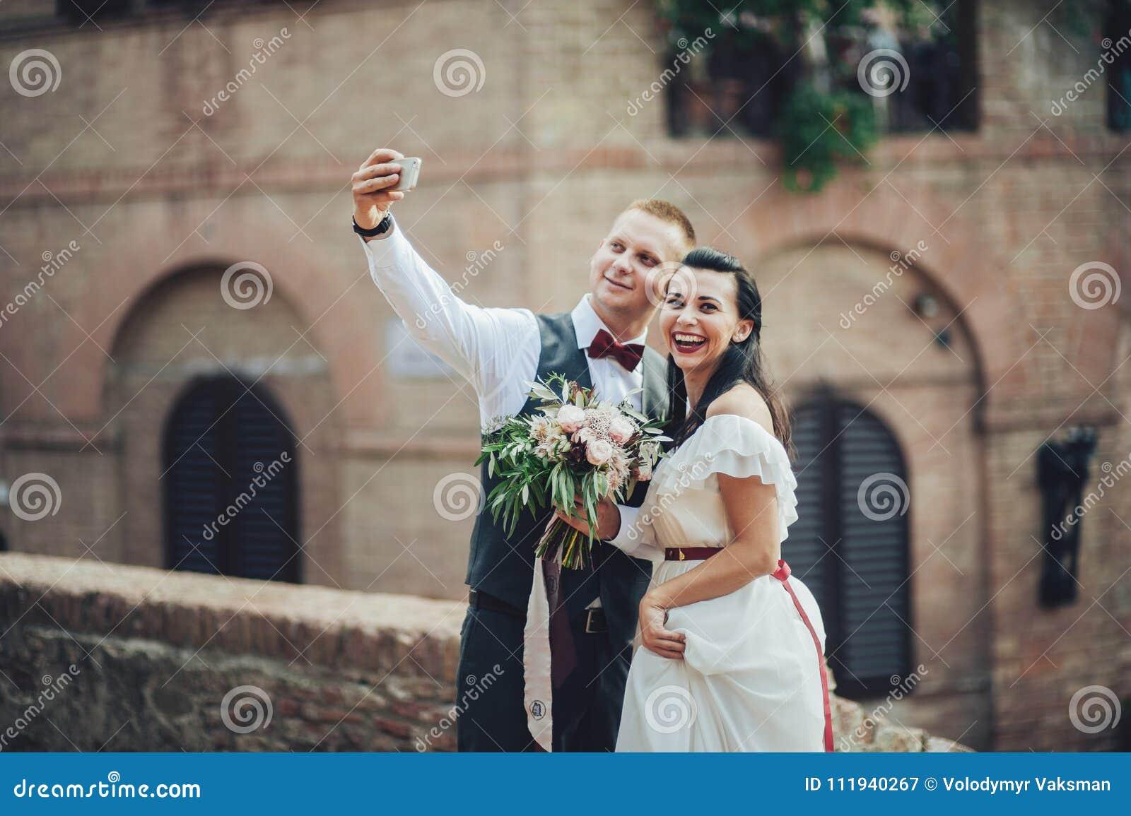 做selfie的最近被婚姻的夫妇在仪式以后
