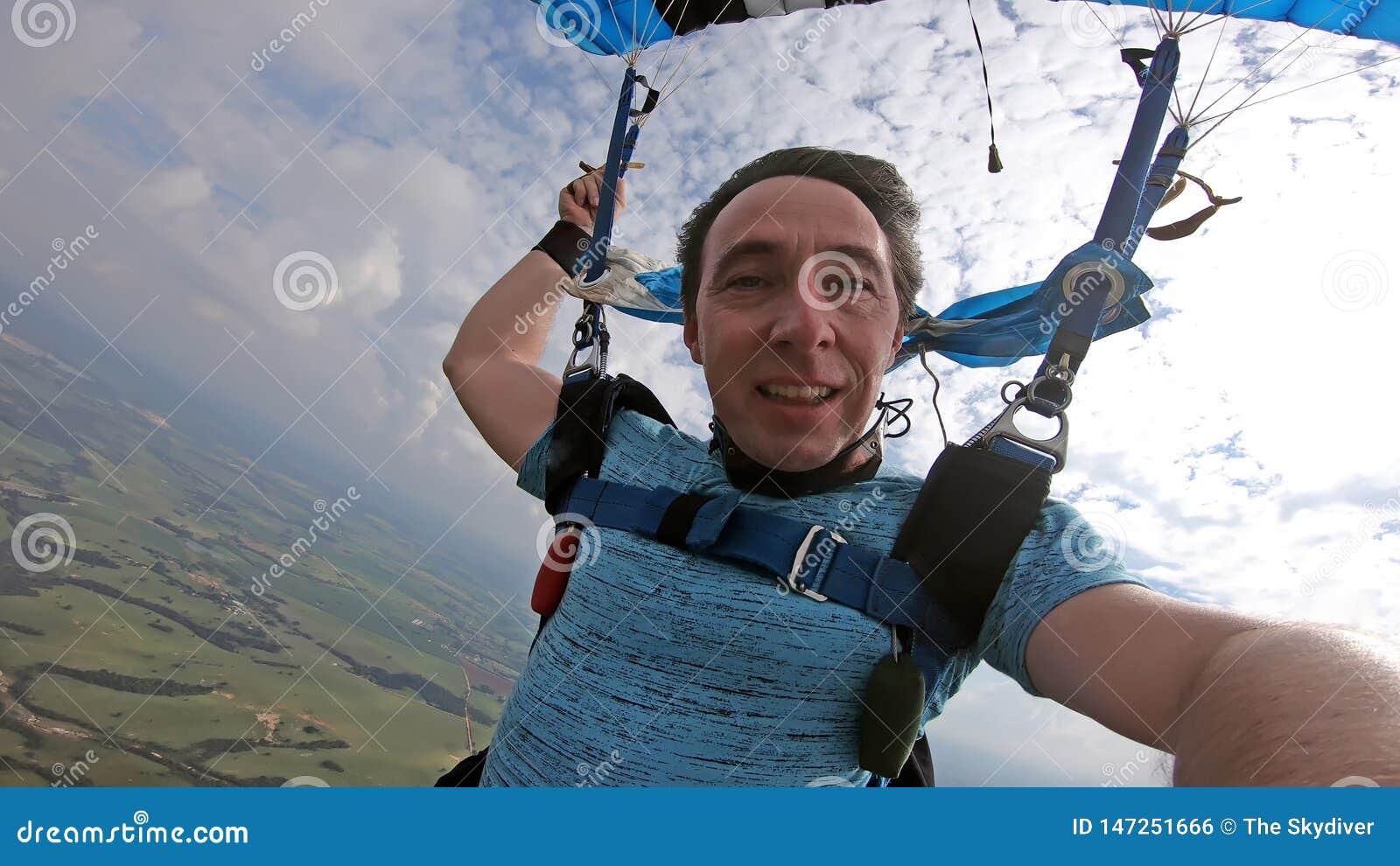 做selfie的跳伞运动员在自由秋天以后