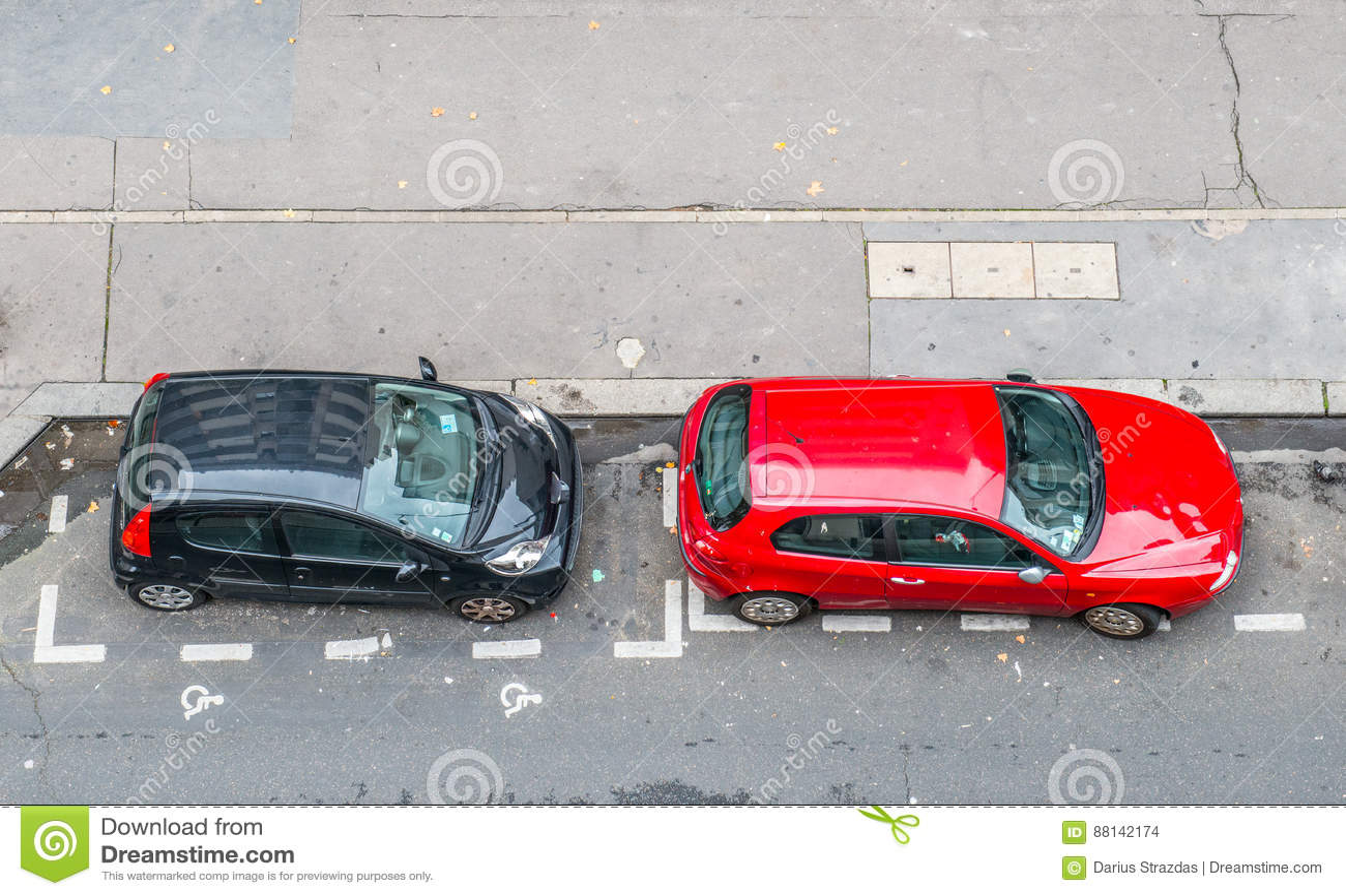 停放的两辆汽车