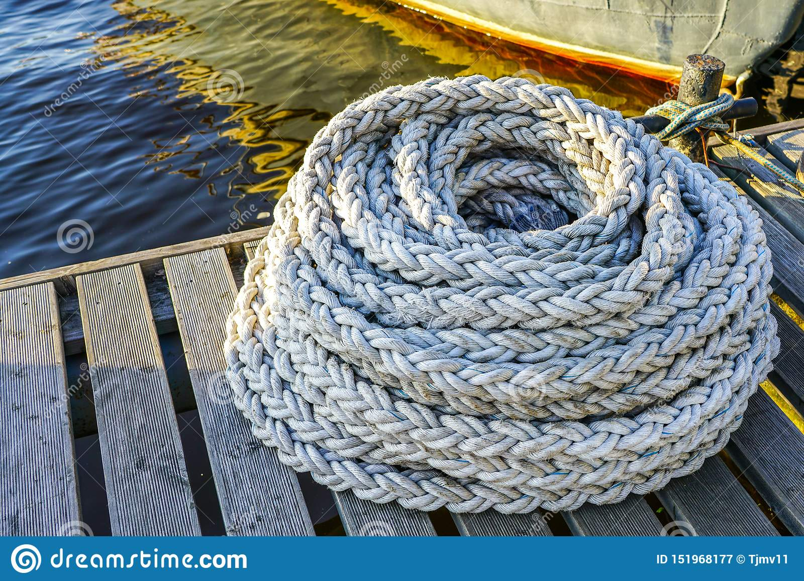 停泊的船和小船新的重绳索在口岸