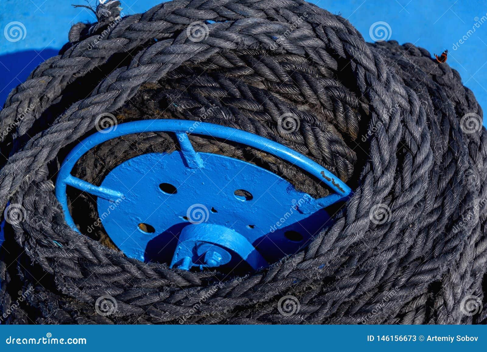 停泊绞盘,停泊绞盘少女绳索船锚在船今后在造船厂大