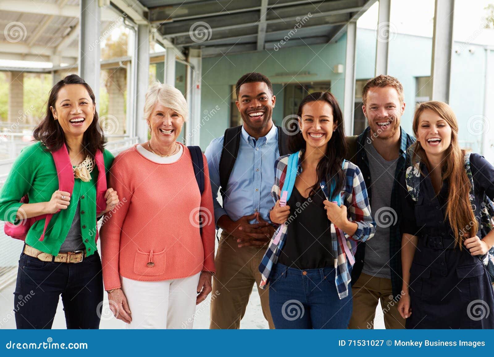 停留在学校走廊的一个小组快乐的老师