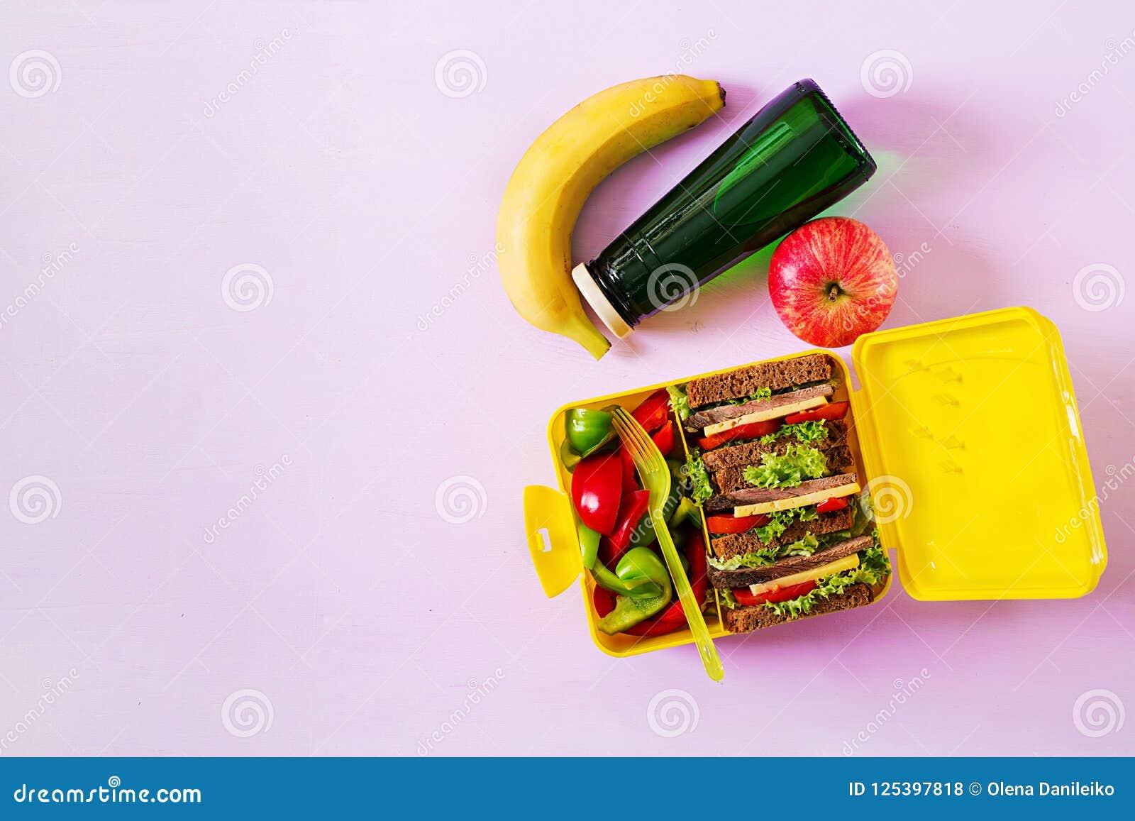 健康学校午餐箱子用牛肉三明治和新鲜蔬菜