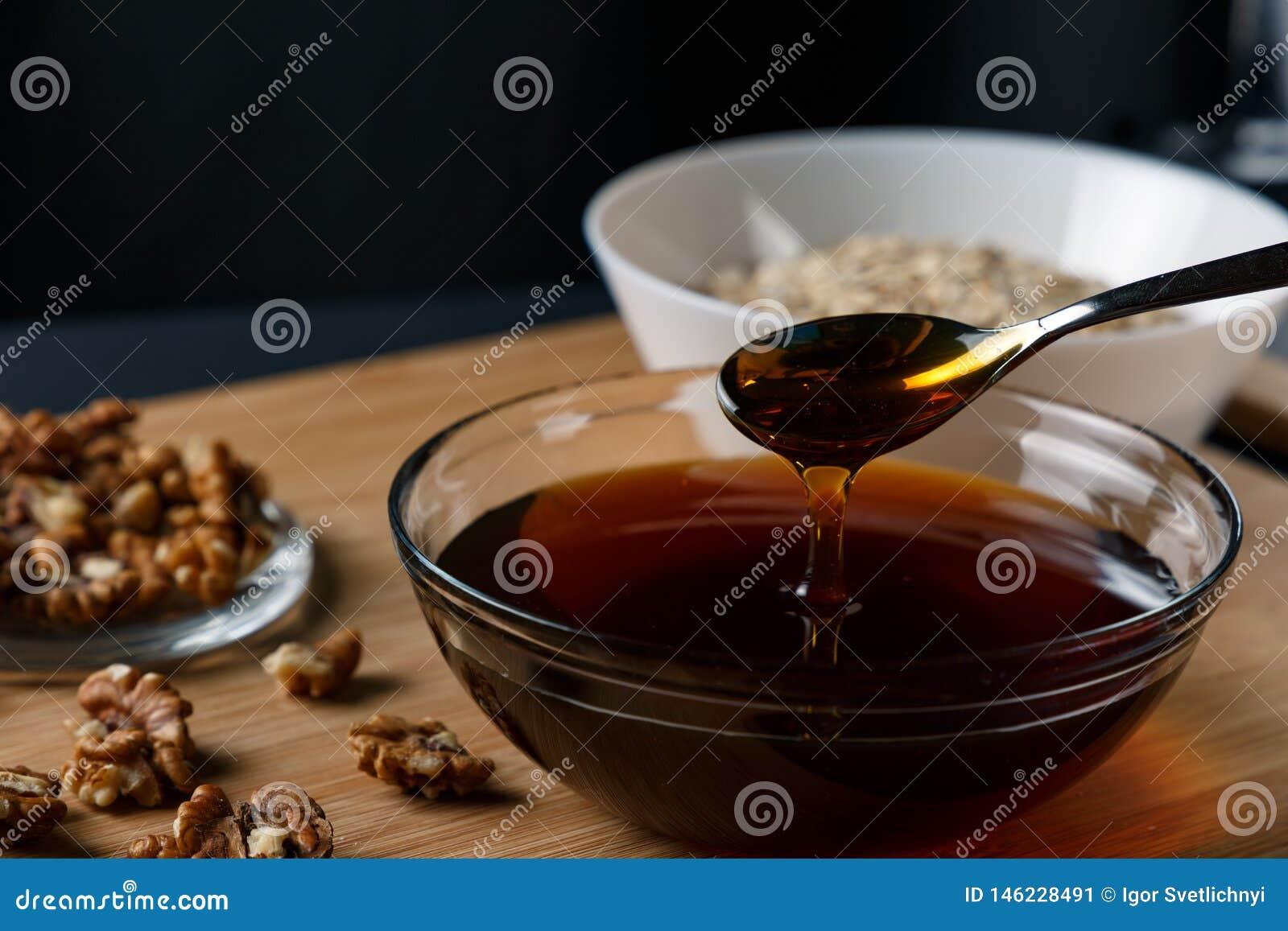 健康早餐成份:蜂蜜,核桃,燕麦粥
