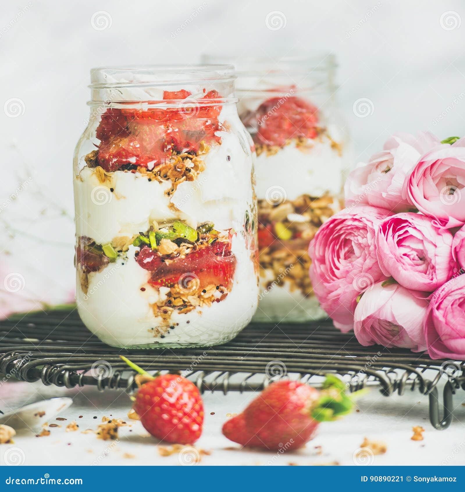 健康春天早餐刺激与桃红色raninkulus花,干净吃