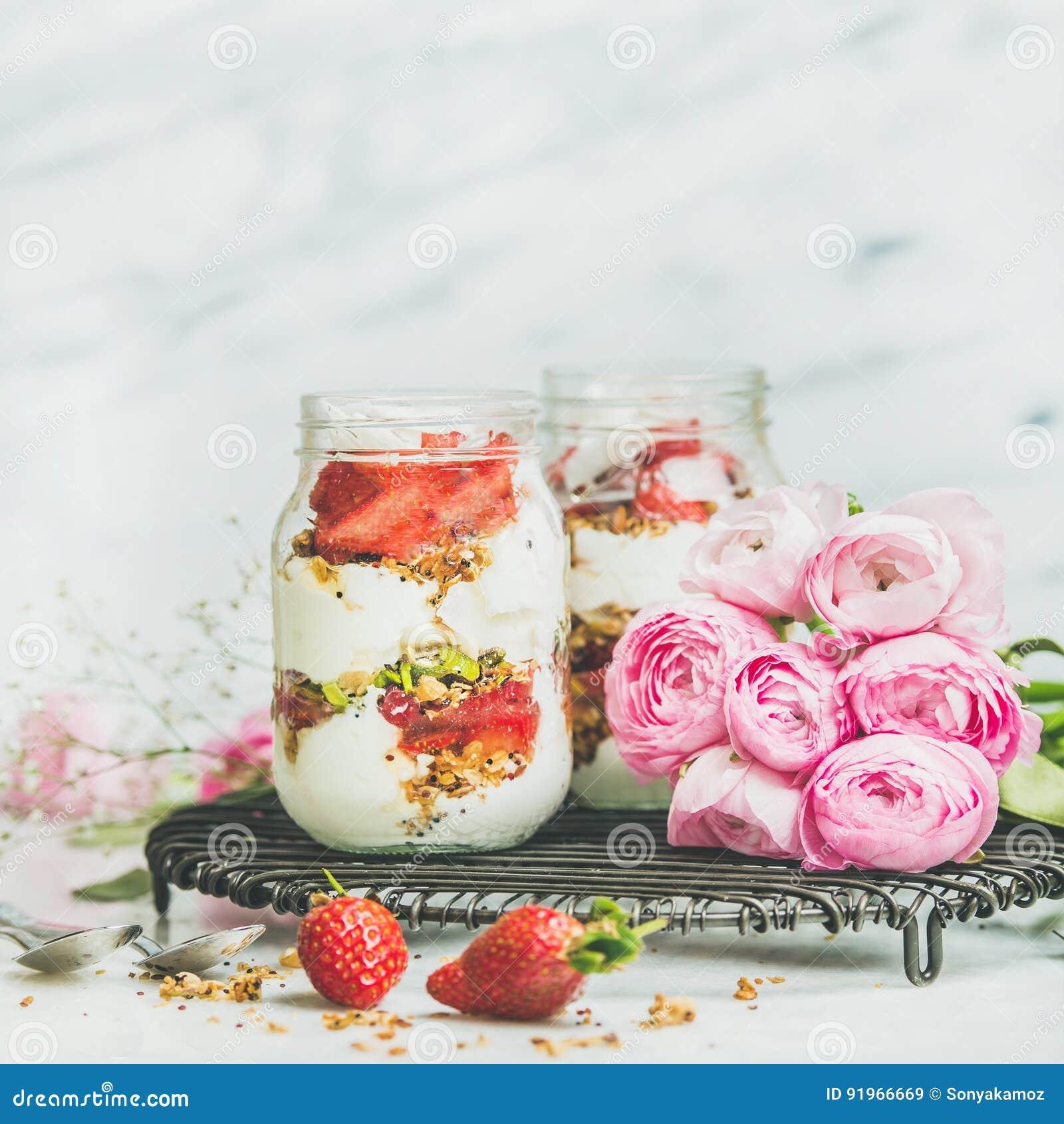 健康春天早餐刺激与桃红色raninkulus花,方形的庄稼