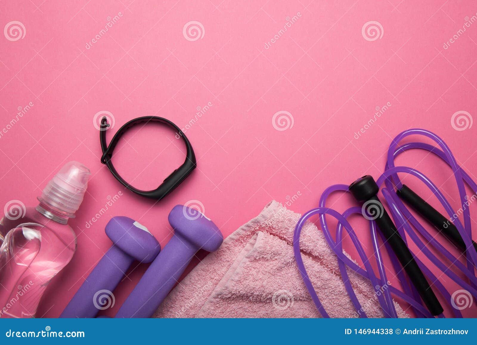 健康生活方式、健身房和锻炼概念在桃红色背景 r