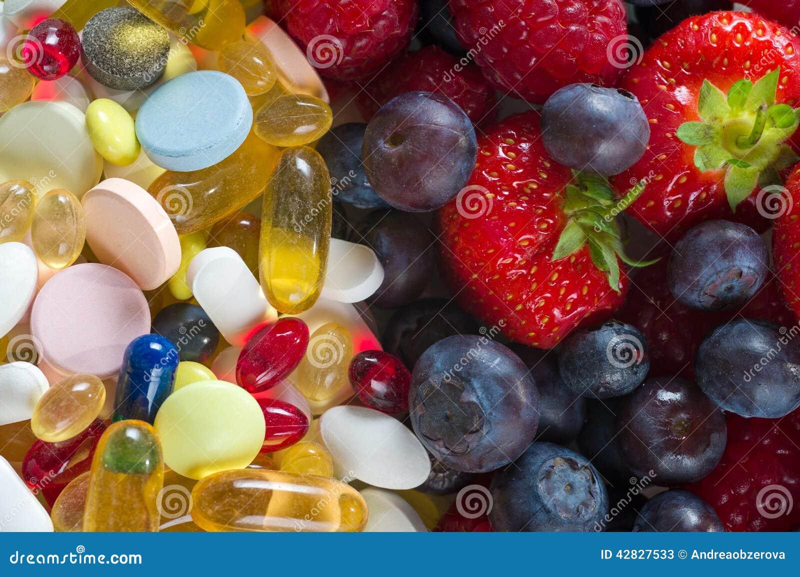 健康生活方式、饮食概念、果子和药片,维生素补充有在白色背景