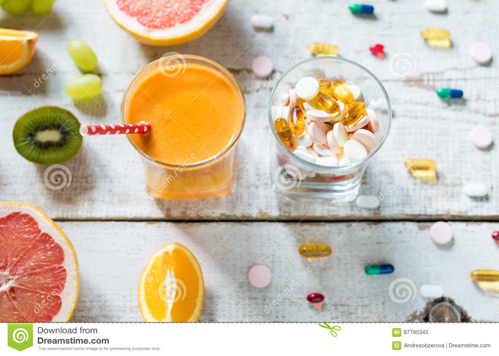 健康生活方式和饮食概念 果子、药片和维生素补充