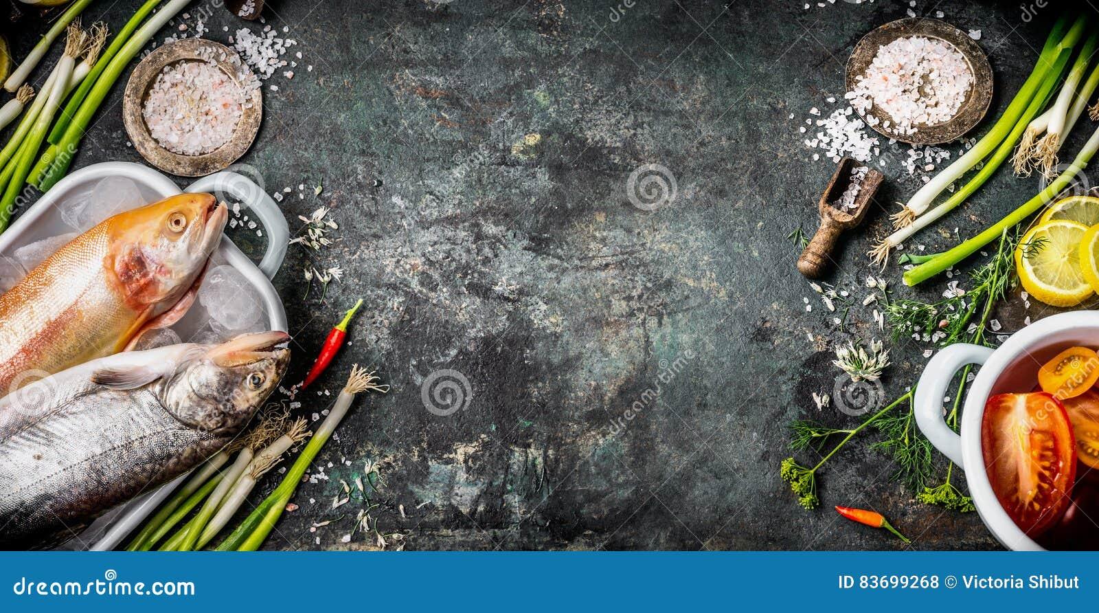 健康的食物土气背景或节食烹调与生鱼,调味料,菜的食谱并且加香料成份,顶视图