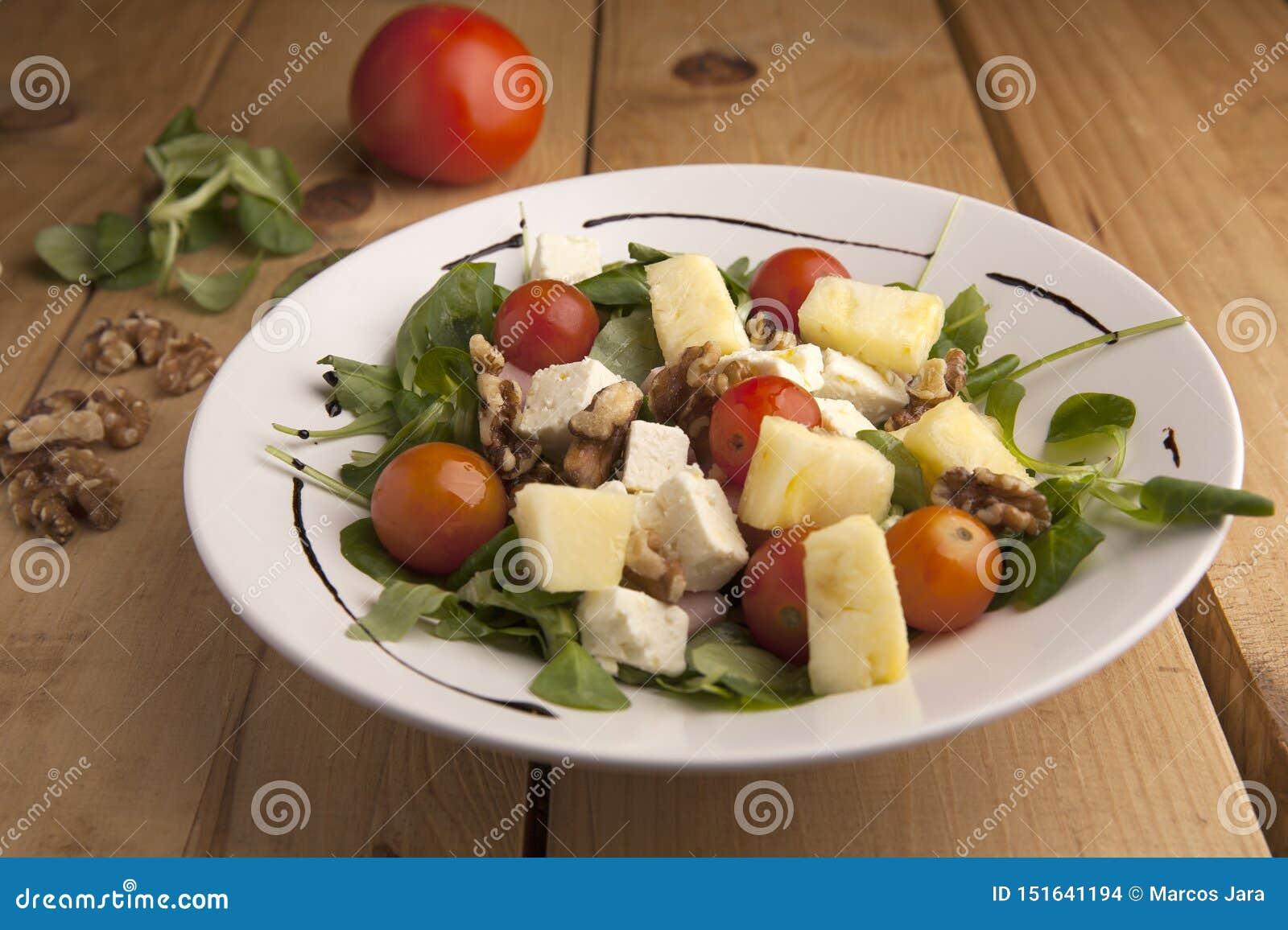 健康菠萝、蕃茄樱桃、坚果和教规沙拉