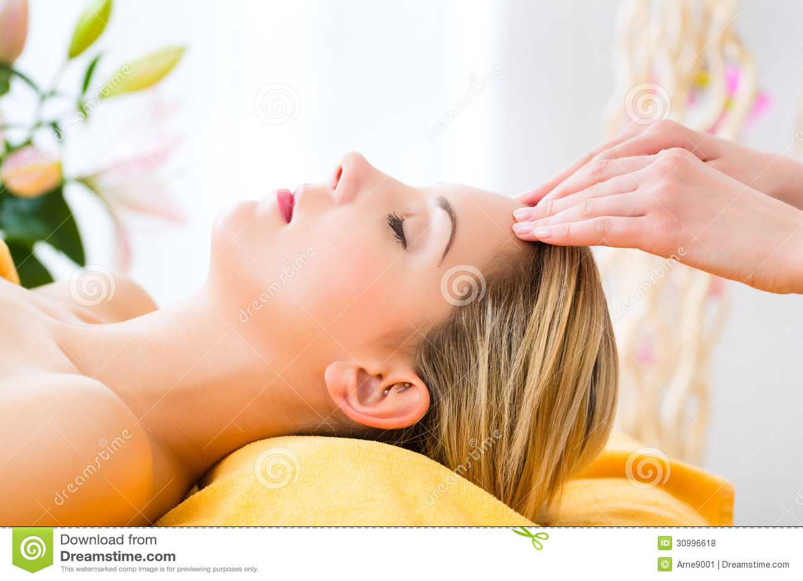 健康-得到在温泉的妇女顶头按摩