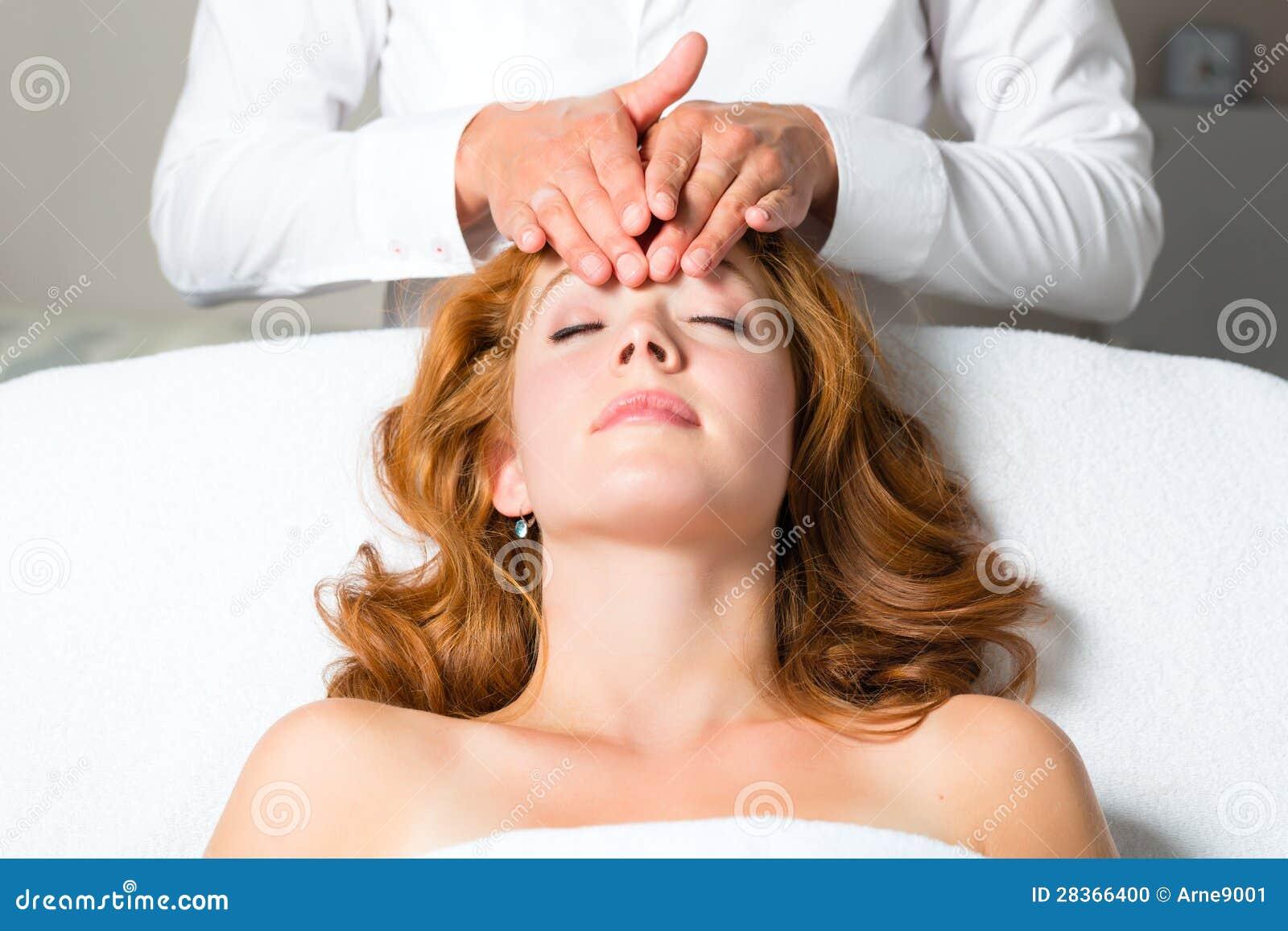 健康-获得在温泉的妇女顶头按摩