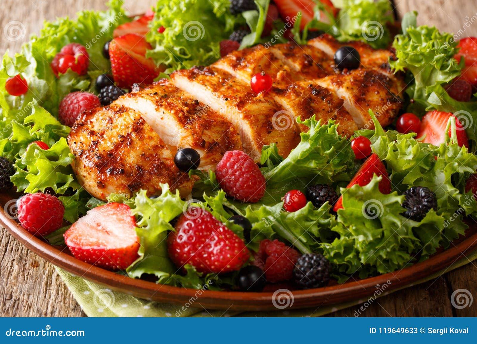 健康paleo食物:炸鸡乳房用新鲜的莓果,地方教育局