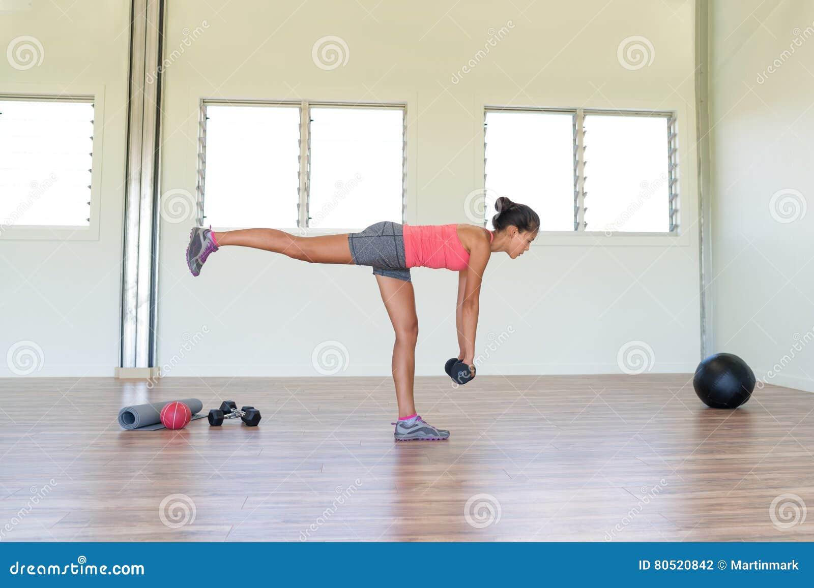 健身健身房妇女与重量的力量训练
