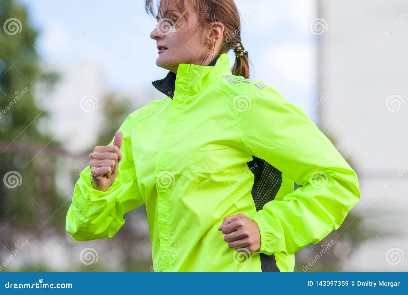 健身和健康生活方式概念 有的女运动员连续锻炼户外
